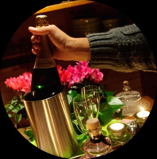 decor-romantique-avec-bougies-fleurs-et-champagne